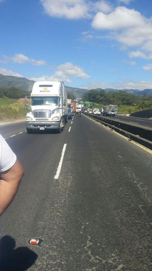Los transportistas solo están dejando pasar a los vehículos livianos en la ruta que del Pacífico conduce a la capital. (Foto: Rony Mendoza/Presidente de la Gremial de Transporte Pesado)