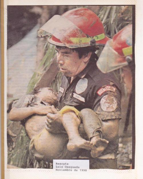 El bombero Luis Osegueda en faena de rescate en el año 1998.