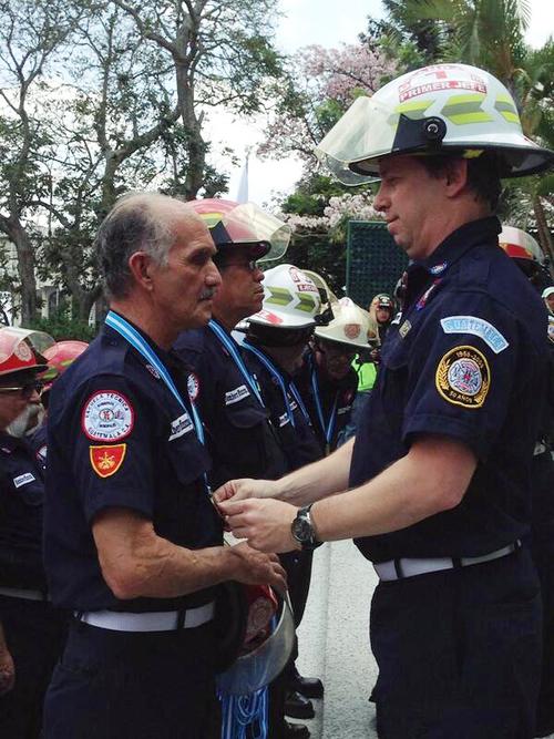 Los bomberos recibieron el reconocimiento de manos del capitán Julio Dougherty, comandante del Benemérito Cuerpo de Bomberos Municipales.  (Foto: Municipalidad de Guatemala)