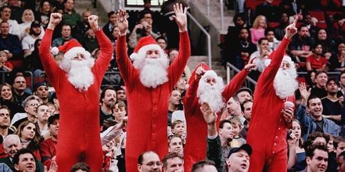 Algunos fanáticos asisten con atuendos navideños a los estadios este día. (Foto: Tele Sur)