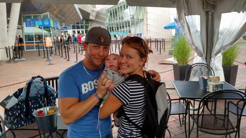 Brandon y Brittany Buell junto a su hijo Jaxon, frente al Acuario de Nueva Inglaterra. (Foto: Facebook/Brandon Buell)