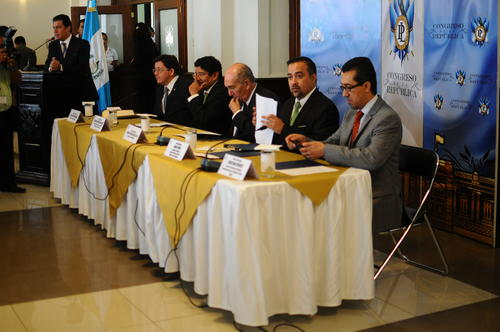 Diputados de la Comisión de Finanzas, el Ministro de Finanzas, así como el director de ICEFI, presentaron la iniciativa de Ley. (Foto: Alejandro Balan/Soy502)
