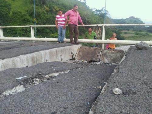 El paso de un camión que transportaba alimentos con un peso de 8 toneladas, ocasionó el daño en el puente El Jobo. (Foto:Teledos)