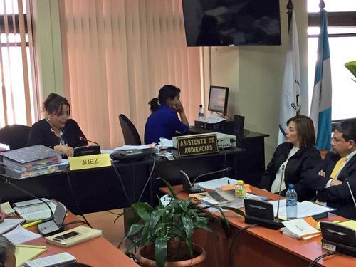 Alma Verónica Barrios escucha junto a su abogado, la resolución de la jueza Silvia Violeta de León. (Foto: Evelyn de León/Soy502)