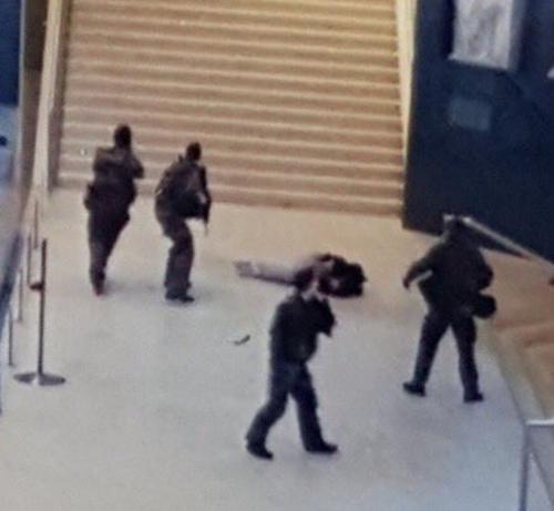 Esta es la imagen del terrorista abatido en el museo de Louvre.