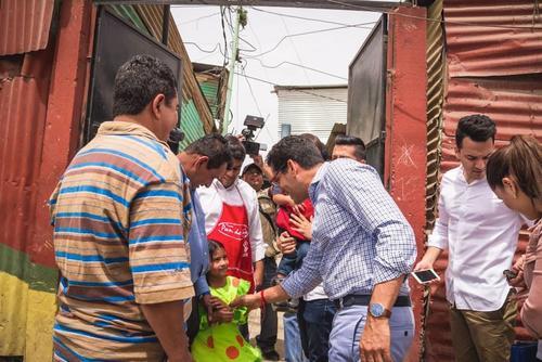 Ismael Cala patrocina la educación y alimentación de algunos niños del relleno sanitario de la zona 3. (Foto: Kerenn Durante)