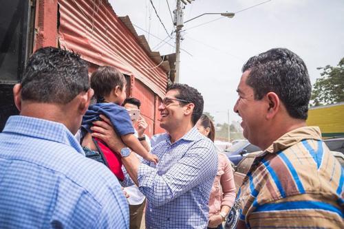 Ismael Cala compartió un momento agradable con los vecinos y niños beneficiados. (Foto: Kerenn Durante)