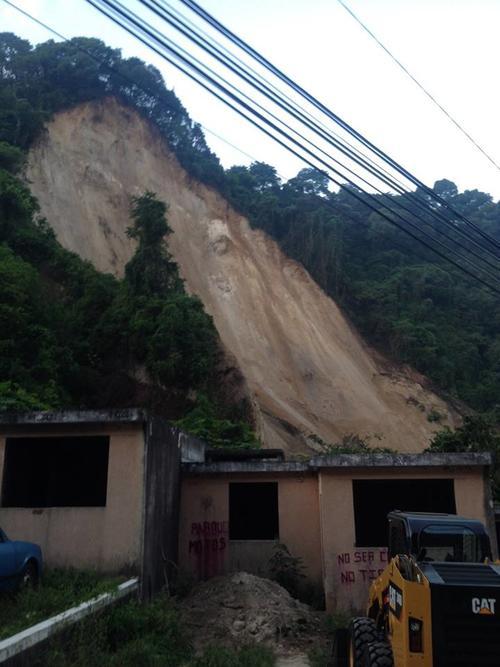 Este es el cerro que cayó sobre las viviendas en El Cambray II. (Foto: Conred)