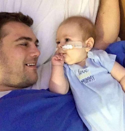 """""""No sabemos si este tratamiento le ayudará, pero estamos dispuestos a tratar todo"""", asegura su padre."""
