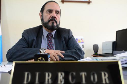 El director del Registro de Ciudadanos, Leopoldo Guerra, es quien recibe la papelería de las organizaciones postulantes. (Foto: Jesús Alfonso/Soy502)