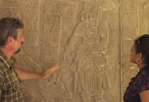 La pieza concuerda con la del colgante que porta el gobernador en la imagen tallada en su templo. (Foto: YouTube)