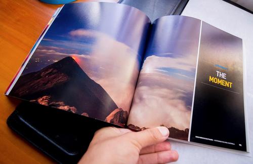 El fotógrafo recibió varios ejemplares del libro, pero puede conseguir más si alguien lo quiere tener en sus manos. (Foto: Fabriccio Díaz)