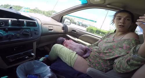 """Momento en el que la madre y el papá hacen un """"high five"""", después del insólito alumbramiento. (Foto: Tomada de YouTube)."""