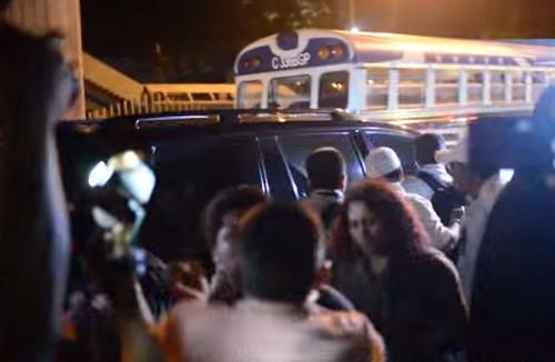 El guardaespaldas tomó al periodista del cuello cuando este intentaba entrevistar a Barquín. (Foto Youtube/Publinews)