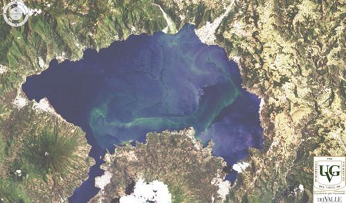 Imagen del florecimiento de cianobacteria en el Lago Atitlán, obtenida por medio del satélite espacial LANDSAT 8, el 4 de agosto de 2015.