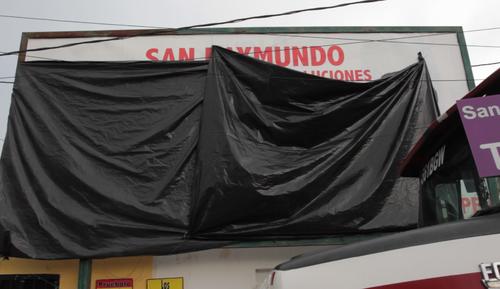 Durante el acto, la organización tapó una valla de Lider. (Foto: Esteban Biba/EFE)