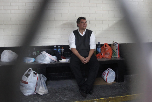 Gustavo Martínez, actual pareja de la hija de Pérez Molina, en la carceleta de Tribunales. (Foto: Archivo Soy502)