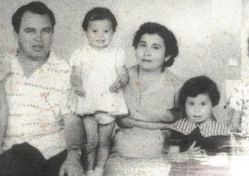 Fotografía antigua en la que aparece Sandra Torres junto a sus padres, Enrique Torres y Teresa Casanova, y su hermana pequeña Narda. (Foto: Facebook)