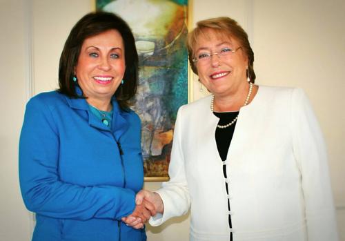 Saludo entre las dos políticas durante la visita de Michelle Bachelet a Guatemala. (Foto: Facebook)