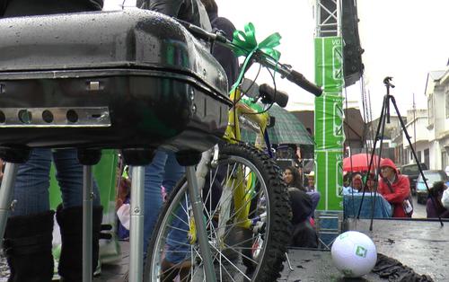 Una bicicleta y una churrasquera fueron los premios principales del evento entre los asistentes. (Foto: Roberto Caubilla/Soy502)