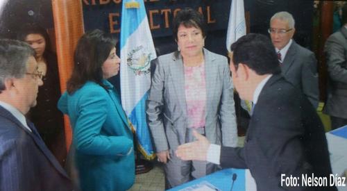Jimmy Morales se quedó plantado y Sandra se marchó con las manos en los bolsillos. (Foto: Twitter/Nelson Díaz)
