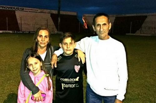Franco Villega, el niño que donó sus ahorros, junto a su familia. (Foto: Infobae)