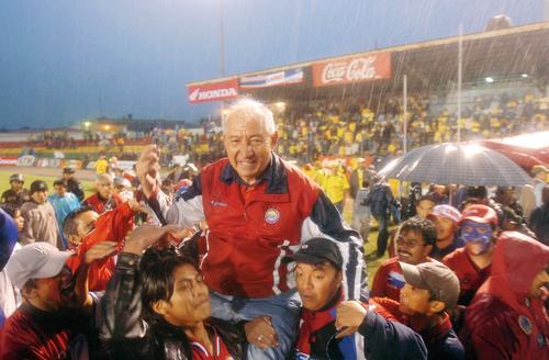 En hombros salió Carlos Jurado, el técnico de la cuarto luna de Xelajú. (Foto: Archivo/Nuestro Diario)