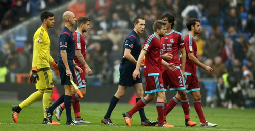 Los jugadores de Real Sociedad protestaron al árbitro.