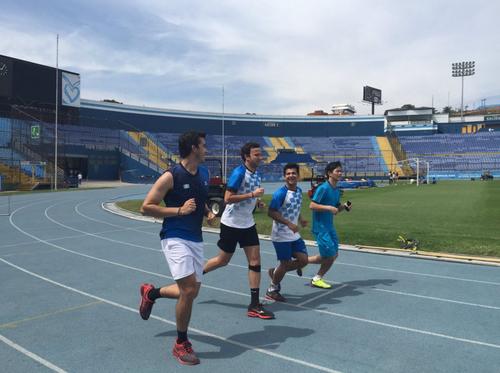 Kevin hace trabajos físicos en la pista del estadio Mateo Flores, al menos dos veces por semana. (Foto: Soy502)