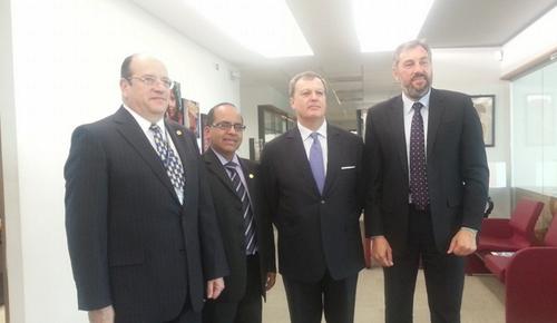 Instantánea que el ministro se tomó con parte del cuerpo diplomático español y el presidente pro témpore del G13. (Foto: Mineduc)