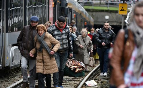 Varios trenes tuvieron que ser desalojados tras el incidente. (Foto: AFP)