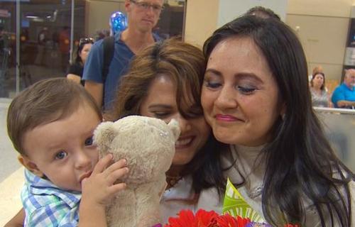 La familia fue recibida por sus seres queridos en el aeropuerto. (Foto: USA Today)