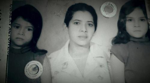 Doña Carmelina Cámbara con sus hijas, Julia, a la izquierda, y Carmen, a la derecha. (Foto: cortesía Julia Maldonado)