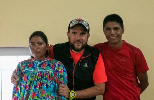 El organizador con los dos hermanos que participaron en el evento. (Foto: Danai García Fotografix)
