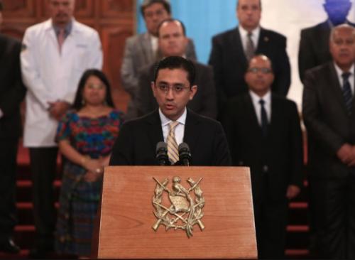 Carlos Beltetón, asesor de la Secretaría de Bienestar Social de la Presidencia participa en la conferencia de prensa donde el Ejecutivo fijó su postura respecto a  lo ocurrido en el Hogar Seguro. (Foto: Agencia Guatemalteca de Noticias )
