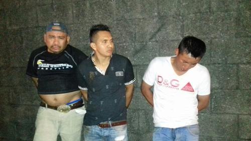 Estos son los tres individuos capturados por llevar una persona fallecida en el interior del taxi. (Foto: PNC)
