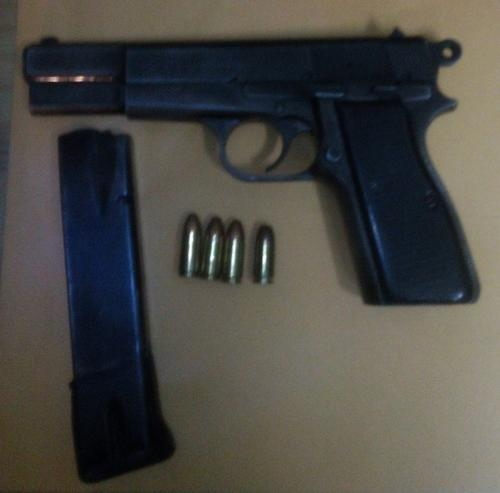 Esta es el arma que las autoridades le decomisaron a los menores de edad. (Foto: PNC)