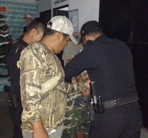 Estos son los dos capturados por llevar de manera ilegal, dos rifles con mira telescópica. (Foto: PNC)