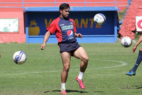 """Carlos """"el Pescado"""" Ruiz en la práctica del viernes, en el estadio del Trébol. (Foto: Luis Barrios/Soy502)"""