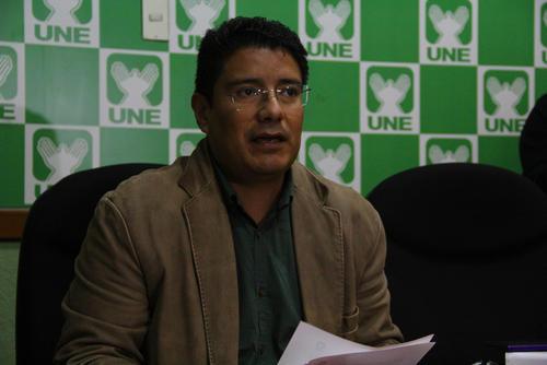 Carlos Barreda, diputado de la UNE, señaló que denunciarán penalmente a María Castro por haber utilizado deuda para financiar el gasto público que no fue aprobada por el Congreso. (Foto: Alexis Batres/Soy502)