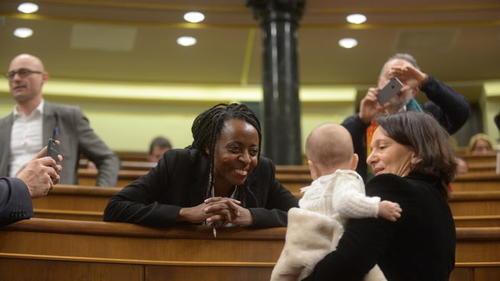 La diputada española Carolina Bescansa, del Partido Podemos, generó controversia cuando llevó a su hijo al Congreso. (Foto: Telecinco)
