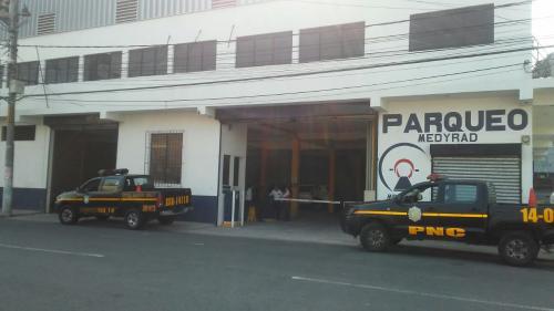 Este es el parqueo en el que fue localizado el vehículo que habría atropellado a los estudiantes en la calzada San Juan. (Foto: PNC)