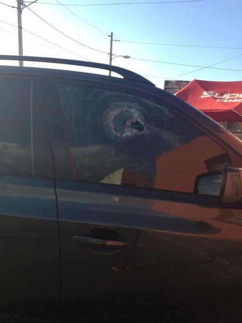 Los ocupantes del vehículo resultaron ilesos luego del ataque armando (Foto: cortesía partido Victoria)