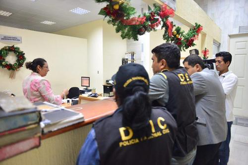 Elementos de la DEIC trasladaron el expediente de un juzgado a otro.  (Foto:  Jesús Alfonso/Soy502)