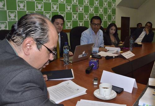 Oscar Ismatul responde al interrogatorio de parte de la Bancada de la UNE.  (Foto: Antonio Castro)