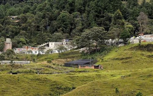 Los hombres llevaban a jovencitas de 14 a 17 años a la lujosa prisión donde guardaba prisión Escobar Gaviria. (Foto: Infobae)