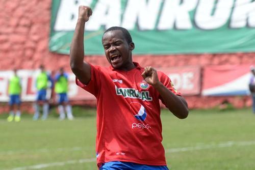 Darwin Oliva celebró el gol ante Suchitepéquez en el estadio Manuel Felipe Carrera, el cual significó el primer triunfo de Municipal en el torneo. (Foto: Nuestro Diario)