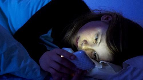 Los datos de la encuesta revelaron que muchas personas prefieren pasar más tiempo con su teléfono que con su pareja. (Foto: Archivo)