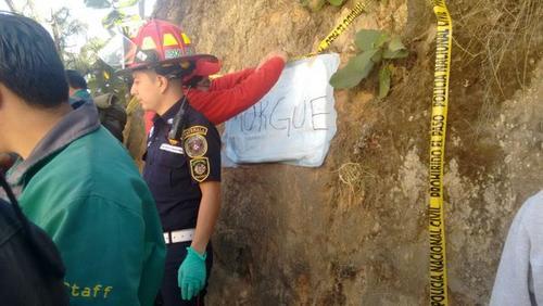 En el lugar se improvisó una morgue para identificar a las víctimas del accidente. (Foto Twitter/@ErickColop)