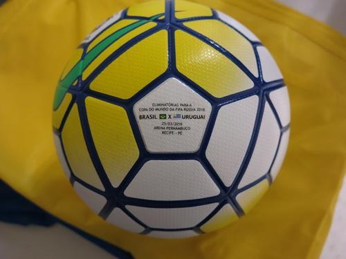 Con esta pelota personalizada se jugará Brasil ante Uruguay. (Foto: Twitter)